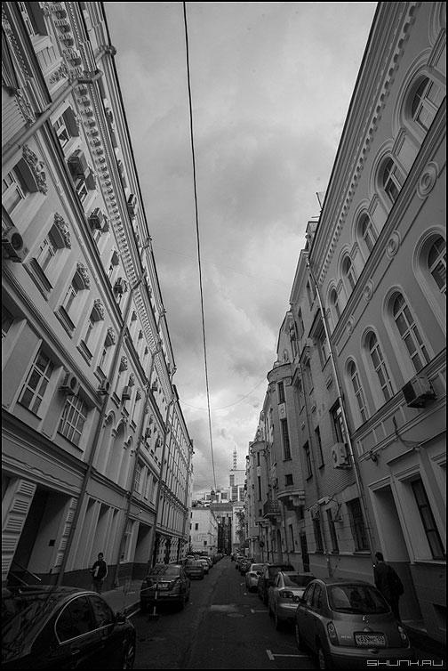 Просвет - небо здания сретенка улицы москва вид чернобелое фото фотосайт