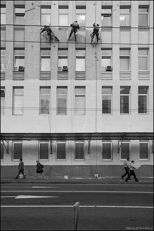 Повезло - люди маляры здание красить чернобелое вмсеть верхолазы альпинизм альпинисты промышленный фото фотосайт