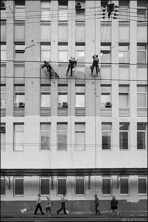 Повезет - не повезет - люди маляры здание красить чернобелое вмсеть верхолазы альпинизм альпинисты промышленный фото фотосайт