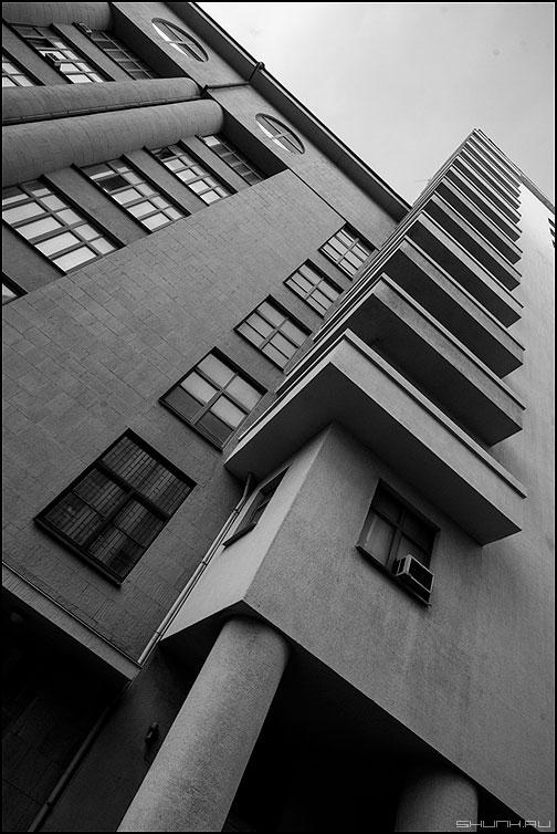 Ракурс - предрассудок ракурс здание колонна чернобелое фото фотосайт