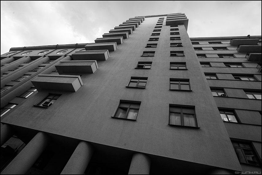 Городская архитектура - город москва чернобелое здание балконы окна вверх фото фотосайт