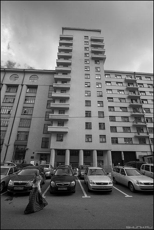 Отклониться - здание небо москва город платье женщина идти отклониться автомобили фото фотосайт