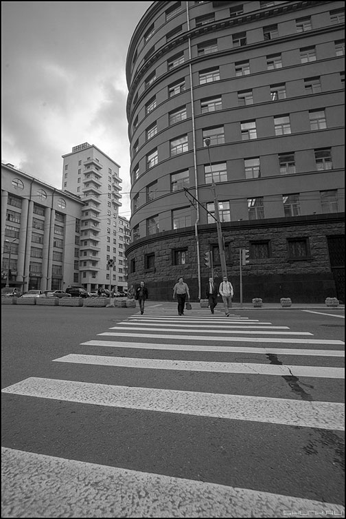 Дорога на Лубянку - город москва чернобелое переход здания люди переходить фото фотосайт