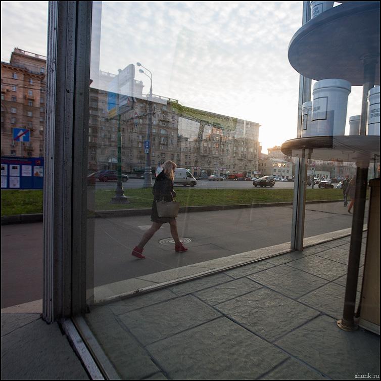 Шире шаг - шаг витрина аптека ленинградка девушка фото фотосайт