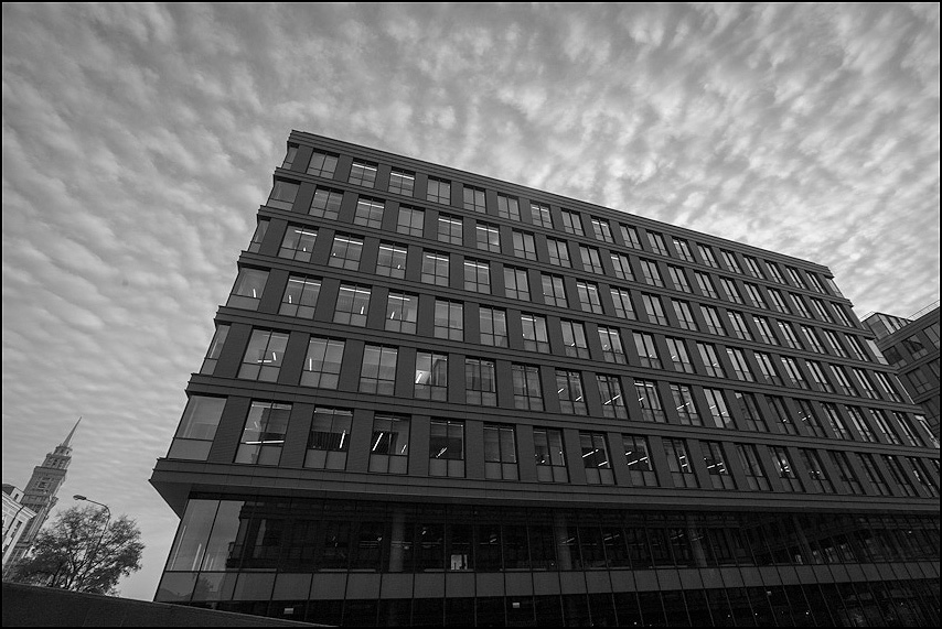 Офисный корабль - небо облачка офис алкон шпиль чернобелая фото фотосайт