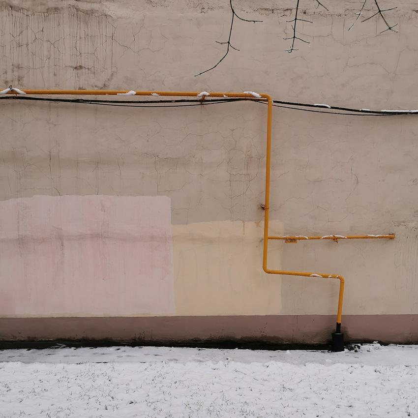 Три веточки - ветки стена трубы газ зима 2020 фото фотосайт