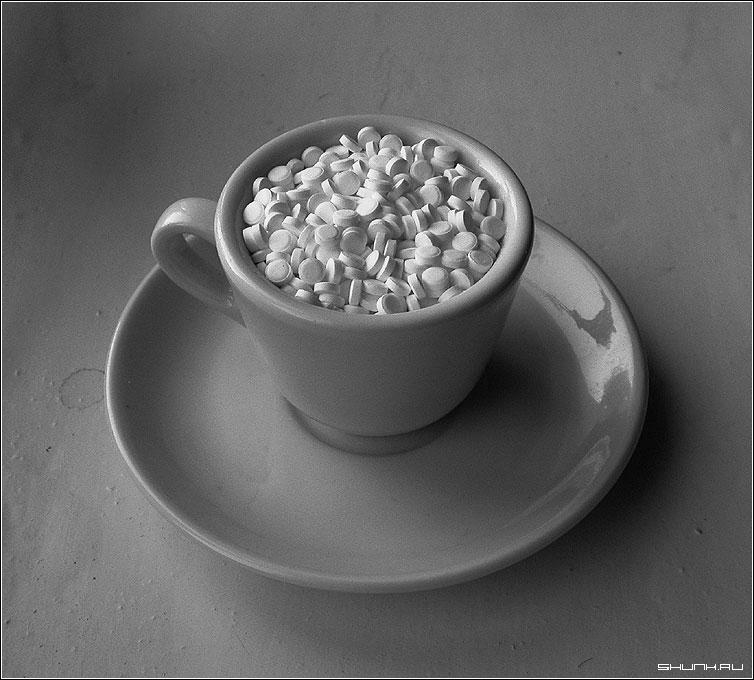 Чашка смерти - чашка таблетки b&w фото фотосайт