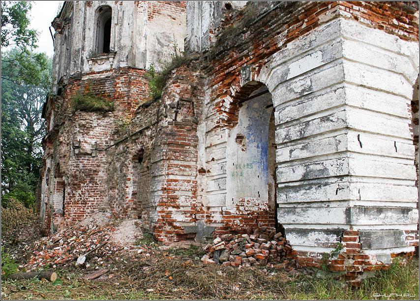 Вид с дороги - церковь восстановление храм фото фотосайт