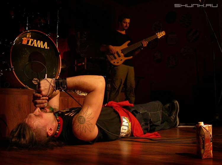 Жестокий февраль - музыка солист лежит на полу фото фотосайт