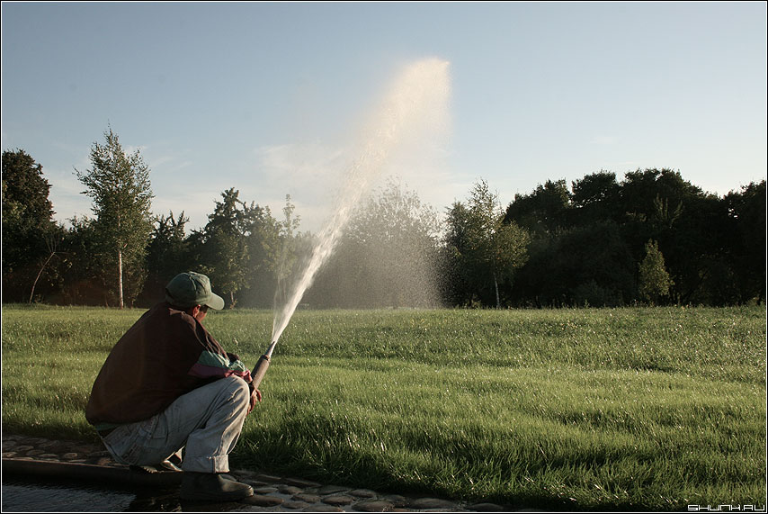 Полив - газон мужик струя полив шланг фото фотосайт