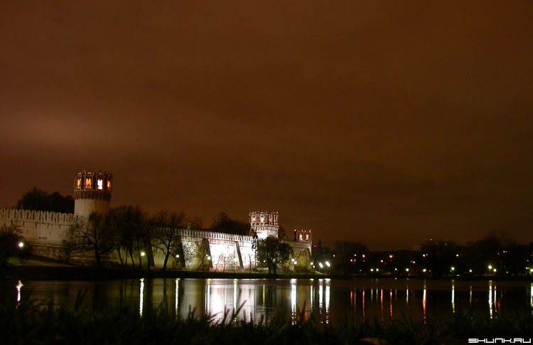 Новодевичий в огнях... - стены пруд новодевичий монастырь фото фотосайт