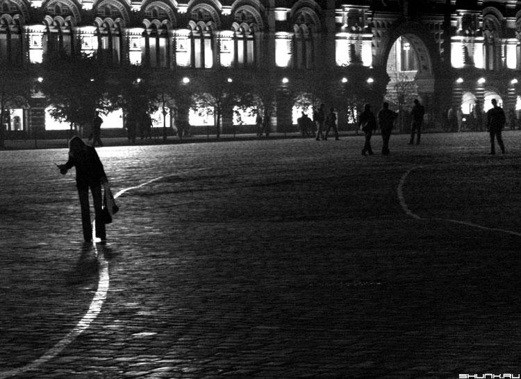 Мгновенье на красной площади - черно-белое фото брусчатка гум фото фотосайт