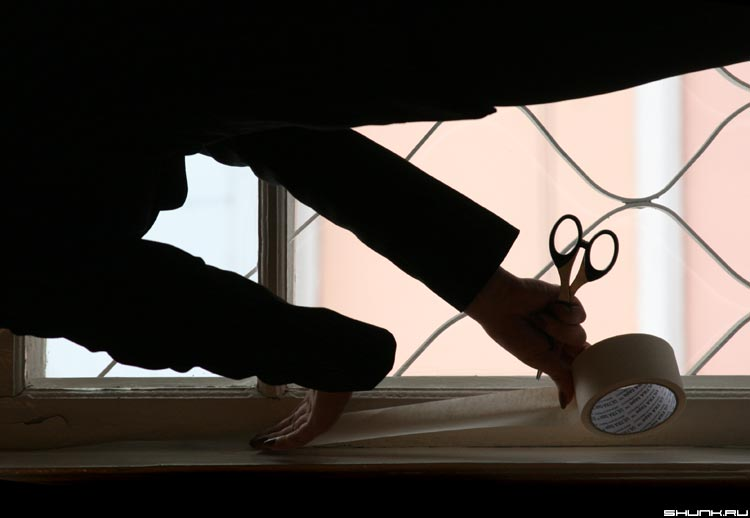 Вьюга в окна лезет к нам - первые морозы окно ножницы фото фотосайт
