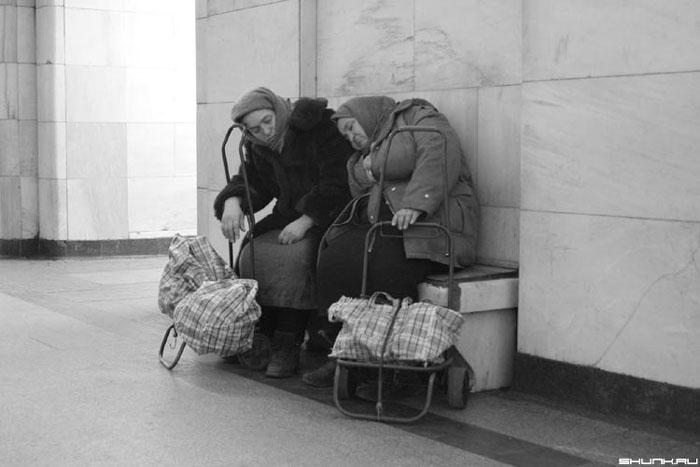 За углом сидели две бабульки - случай в метро фото фотосайт