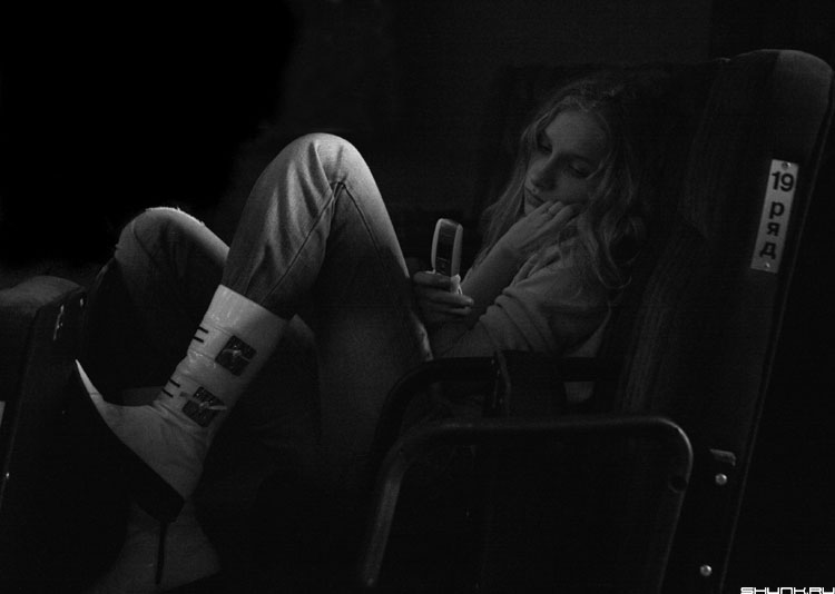 На 19 ряду - девушка телефон ряд зал черно-белое фото фотосайт