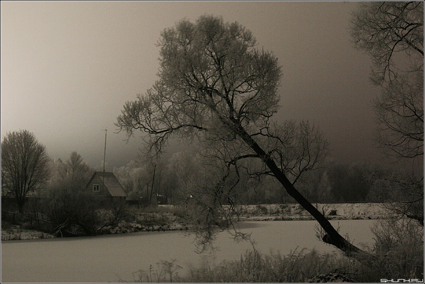 Ночь перед рождеством - дом на берегу пруда фото фотосайт