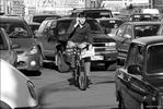 Жизнь города - пробка авто велосипед мобильный
