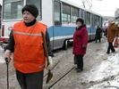 Специалист по трамвайным путям - бабушка трамвай рельсы оранжевый люди