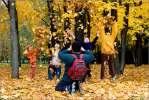 Семейное - осень листва семья дети листья ролики цвет