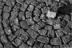 Круги на воде - брусчатка камни тротуар квадраты улица чёрнобелые