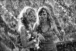 Моросит - манежка фонтан монохром брызги девушки