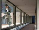 За стеклом - парень окна моет за стеклом